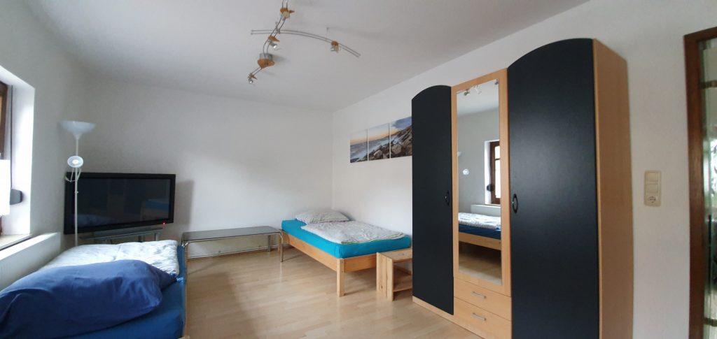 Modernes Doppelzimmer mit Fernseher und Sofa
